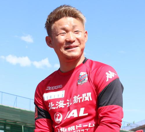 日本代表に初選出された札幌FW菅は笑顔でインタビューに応じる(撮影・保坂果那)