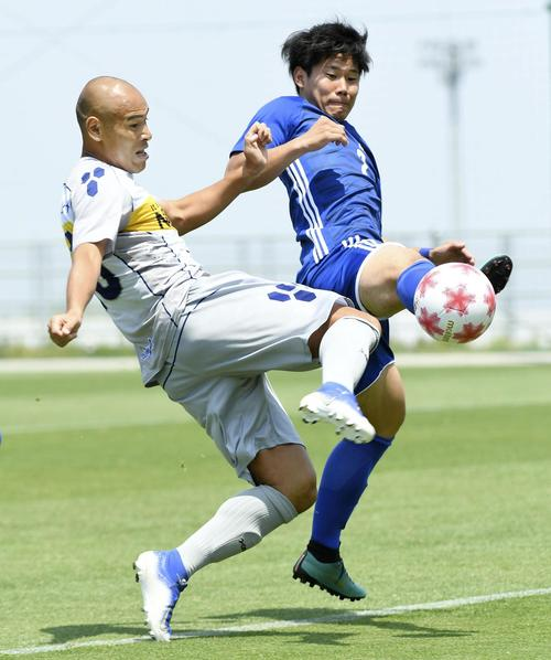 松山大対沖縄SV 前半、先制ゴールを決める沖縄SV・FW高原(左)(共同)