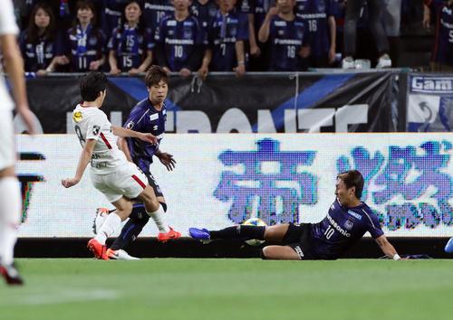 G大阪対鹿島 前半、同点ゴールを決める鹿島FW土居(左)(撮影・前田充)
