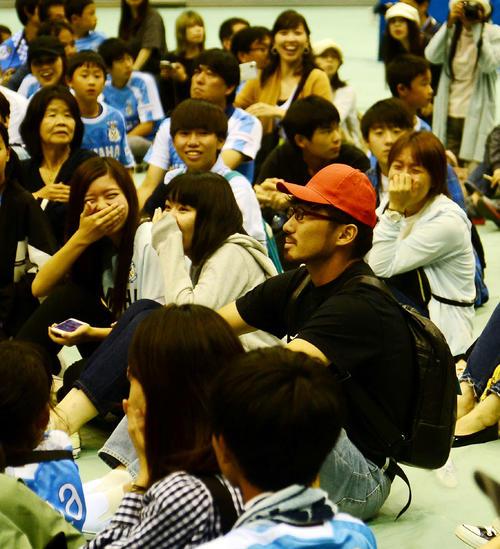 変装をして客席に紛れ込む磐田DF桜内(右手前)