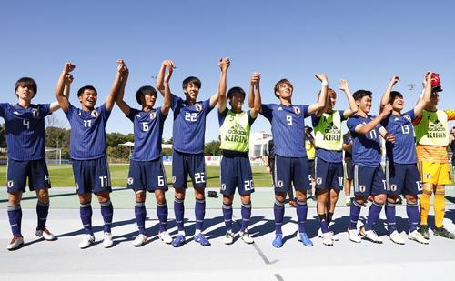 メキシコを破り初の決勝進出を決め、歓声に応える日本イレブン(共同)