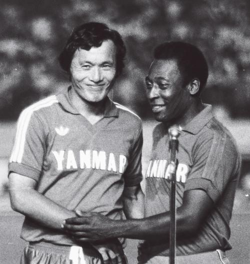 釜本邦茂(左)の引退試合に駆けつけたペレ。セルジオ越後氏は、この時のペレの通訳を務めた=1984年8月25日