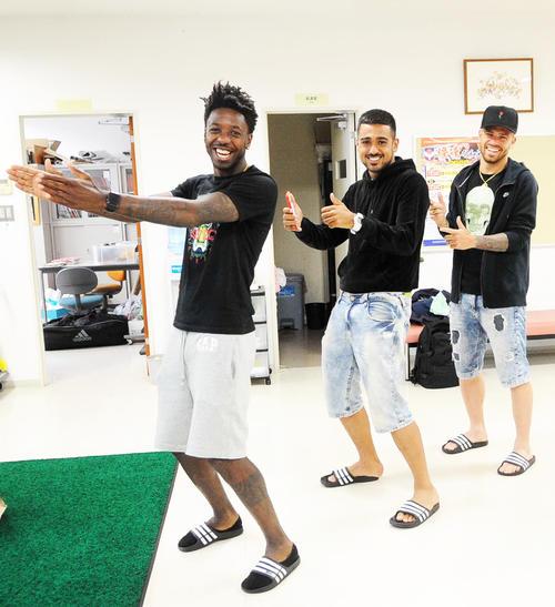 栃木戦のゴール後のパフォーマンスを再現するフランシス(左)、レオナルド(中)、シルビーニョ(撮影・斎藤慎一郎)