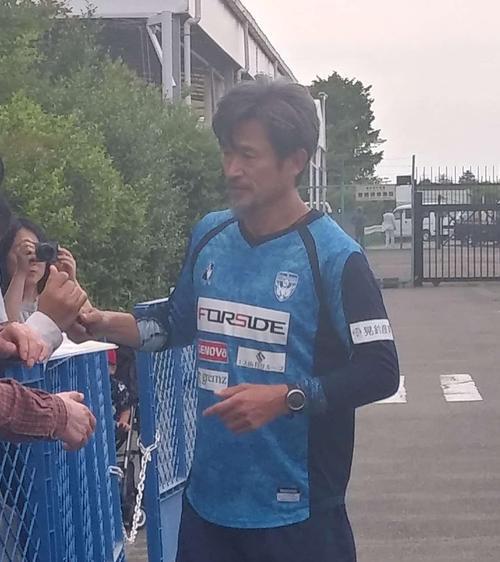 練習後にファンサービスに応じる横浜FCのFWカズ