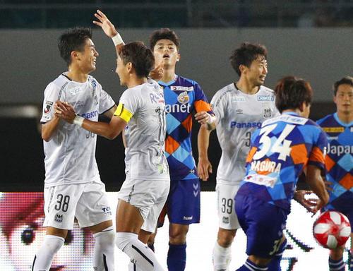 長崎-G大阪 後半、4点目のゴールを決め喜ぶG大阪FW中村(左端)(共同)