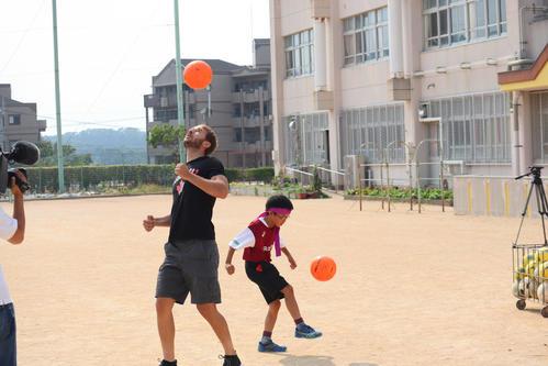 小学生とリフティング対決をするセルジ・サンペール(左)(撮影・南谷竜則)