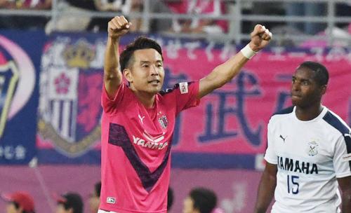 後半、C大阪MF水沼(左)はゴールを決め両手でガッツポーズ(撮影・奥田泰也)