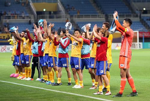 仙台対東京 試合後、サポーターと喜びを分かち合う仙台の選手たち