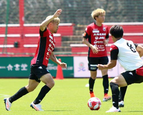 ドリブルを仕掛ける札幌MF駒井(左)(撮影西塚祐司)