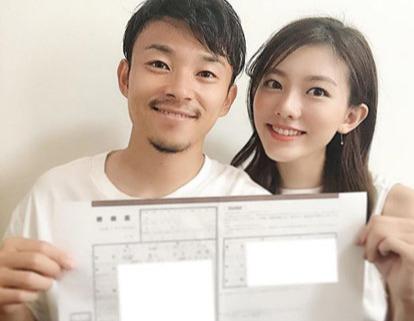 結婚を発表した(左から)川崎F阿部とモデルの王子咲希(王子咲希のインスタグラムより)