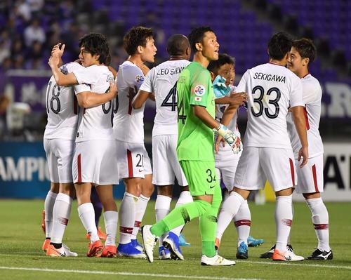 広島対鹿島 前半、先制ゴールを決めイレブンと喜び合う鹿島土居聖真(左から2人目)(撮影・上田博志)