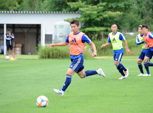 練習でボールを追う渡辺新太(撮影・斎藤慎一郎)