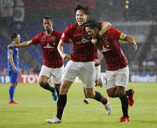 浦和対蔚山 後半、2点目のゴールを決め、杉本(手前左)に祝福される浦和・興梠(共同)