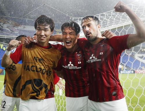 蔚山に勝利し8強入りを決め、喜ぶ浦和の(左から)岩波、槙野、マウリシオ(共同)