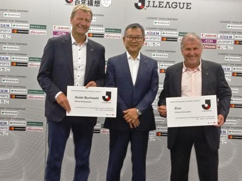 Jリーグ・グローバル・アンバサダーに就任したジーコ氏(右)とブッフバルト氏(左)。中央は村井満チェアマン