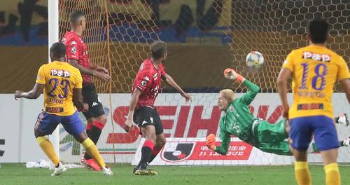 仙台対札幌 前半、セットプレーから仙台DFマテ(左端)がヘディングで先制ゴールを決める。札幌GKク・ソンユン(撮影・丹羽敏通)