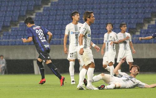 G大阪対讃岐 前半10分、G大阪FW中村敬斗(左)はゴールを決め喜ぶ(撮影・上山淳一)