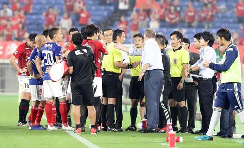 横浜対浦和 後半、横浜FW遠藤のゴールが、浦和の猛抗議で一度はノーゴールの判定となり、審判を挟んで、浦和大槻(中央奥)、横浜ポステコグルー監督(手前)が入り乱れて猛抗議(2019年7月13日撮影)