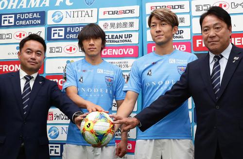 ボールに手を添えて写真に納まる、左から服部GM、中村俊、皆川、奥寺会長(撮影・丹羽敏通)