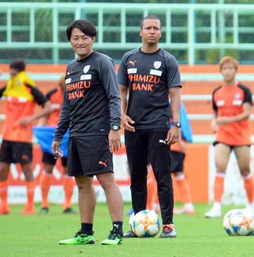 選手の動きを見つめる篠田監督(左)