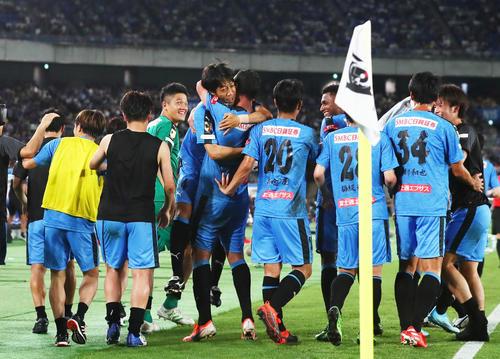 川崎F対チェルシー 後半、ゴールを決めた川崎F・FWレアンドロ・ダミアン(中央右)と抱き合い喜ぶMF中村(同左)(撮影・足立雅史)