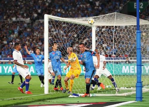 川崎F対チェルシー 後半、ヘディングでゴールを決める川崎F・FWレアンドロ・ダミアン(中央)(撮影・足立雅史)