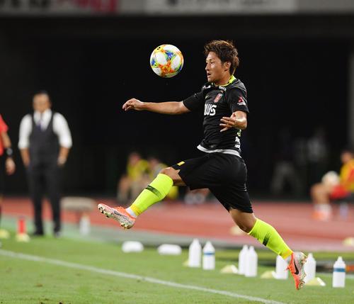磐田対浦和 前半、トラップでボールを受けるMF関根(撮影・滝沢徹郎)