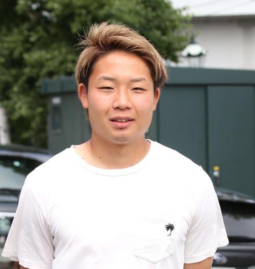 仙台への移籍前にチームメートらとのあいさつのためクラブハウスを訪れた札幌MF中原(撮影・保坂果那)