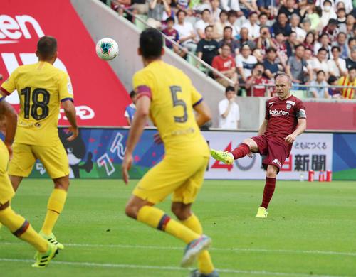 神戸対バルセロナ 前半、神戸FWイニエスタはFKを蹴るがゴールならず(撮影・加藤哉)