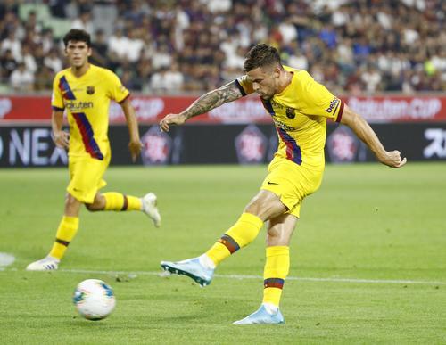 後半、自身2点目のゴールを決めるバルセロナのペレス(右)(共同)