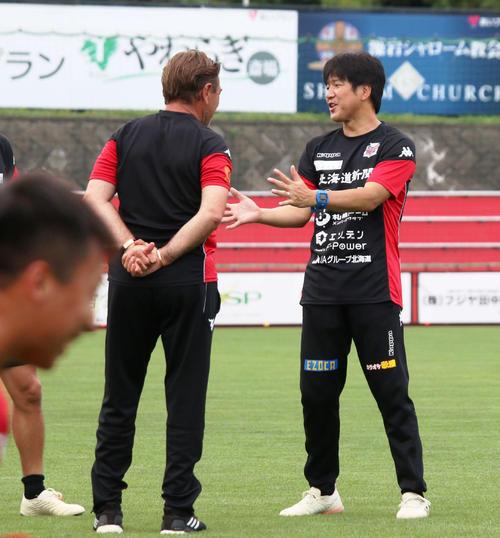 札幌の練習見学に訪れた磐田前監督・名波氏(右)はペトロビッチ監督と会話をかわす(撮影・保坂果那)