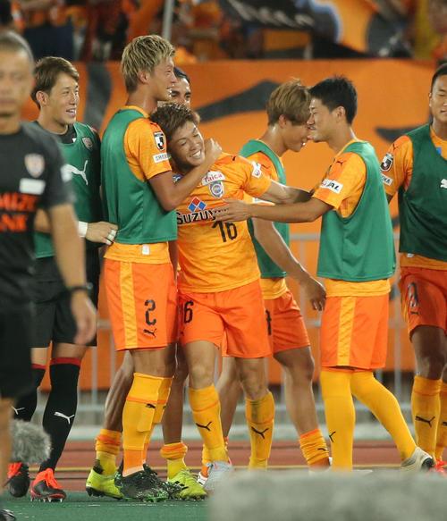 横浜対清水 後半、ゴールを決めた清水MF西沢(中央)はチームから祝福を受ける(撮影・河田真司)
