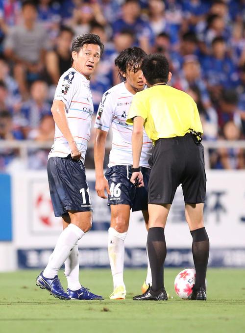 横浜対横浜FC 前半、FKを前に話し合う横浜FC・MFカズ(左)とMF中村(撮影・河野匠)
