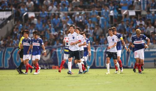 横浜対横浜FC 前半終了間際、PKで追加点を奪われた横浜FC・MFカズ(中央)はリスタートを急ぐ(撮影・河野匠)