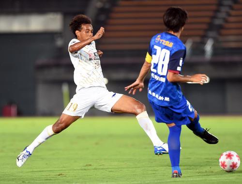 前半、ボールを奪いにいく仙台ジャーメイン(左)(撮影・山田愛斗)