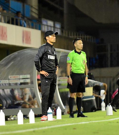 体調不良の磐田鈴木監督に代わって指揮を執った小林ヘッドコーチ(左)