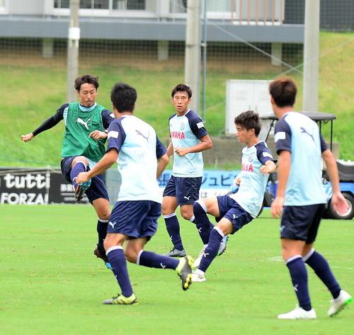 実戦形式の練習に励むMF山田(左端)ら、磐田イレブン