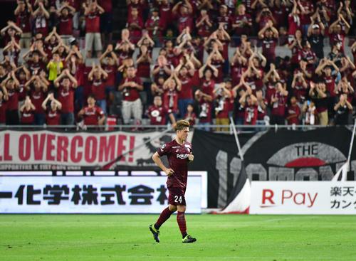 神戸対浦和 後半、スタメン出場で活躍した神戸MF酒井高徳は交代でサポーターから歓声を受ける(撮影・清水貴仁)