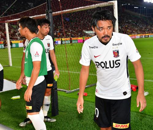神戸対浦和 試合に敗れ厳しい顔でサポーターにあいさつする浦和FW興梠(右)(撮影・清水貴仁)