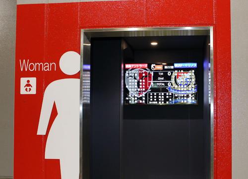 トイレに並んでいる間も試合が見られるよう、入り口にモニターが設置された(撮影・杉山理紗)