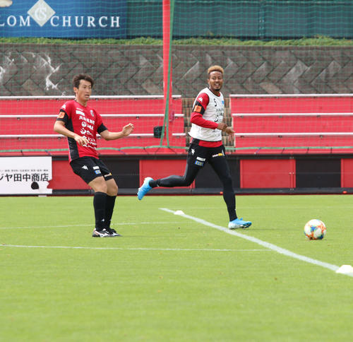 ボールを追う札幌FW鈴木(右)。左はDF石川(撮影・保坂果那)