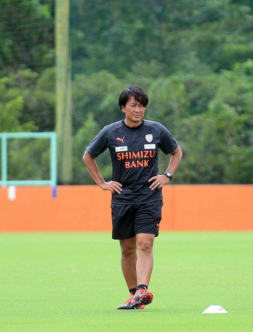 険しい表情で練習を見守る篠田監督