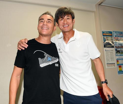 元フットサル日本代表監督のミゲル・ロドリゴ氏(左)と再会し笑顔を見せる横浜FCカズ(撮影・たえ見朱実)