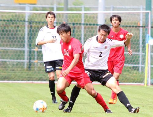 日大として札幌との練習試合に臨んだMF金子(左から2人目)(撮影・西塚祐司)