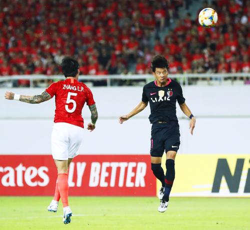 後半、ヘディングでゴールを狙う鹿島・白崎(右)(共同)