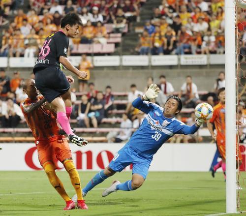 清水対鹿島 試合終了間際、自身2点目となる4点目のゴールを決める鹿島の上田(左上)。GK大久保(共同)
