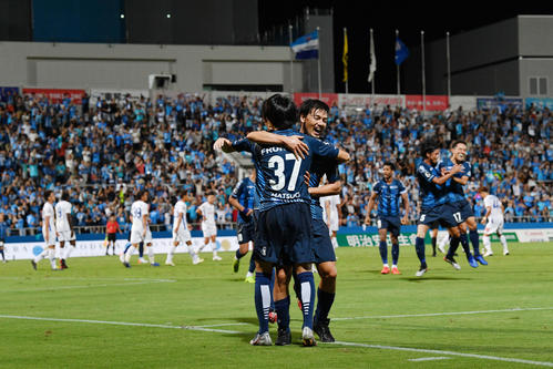 横浜FC対甲府 後半、勝ち越しのゴールを決めた横浜FC・MF松尾(手前)は横浜FC・MF松井とハグする(撮影・滝沢徹郎)