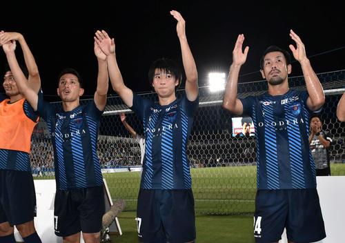 横浜FC対甲府 試合後、サポーターにあいさつする横浜FC・MF松尾(中央)(撮影・滝沢徹郎)