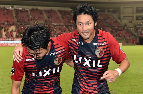 鹿島対浦和 試合後、ゴールを決めた鹿島FW伊藤(右)は鹿島DF犬飼と肩を組む(撮影・滝沢徹郎)