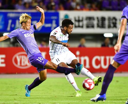 広島対札幌 前半9分、ドリブルで相手を振り切り左足で先制ゴールを決める札幌MFアンデルソン・ロペス(右)(2019年9月8日撮影)